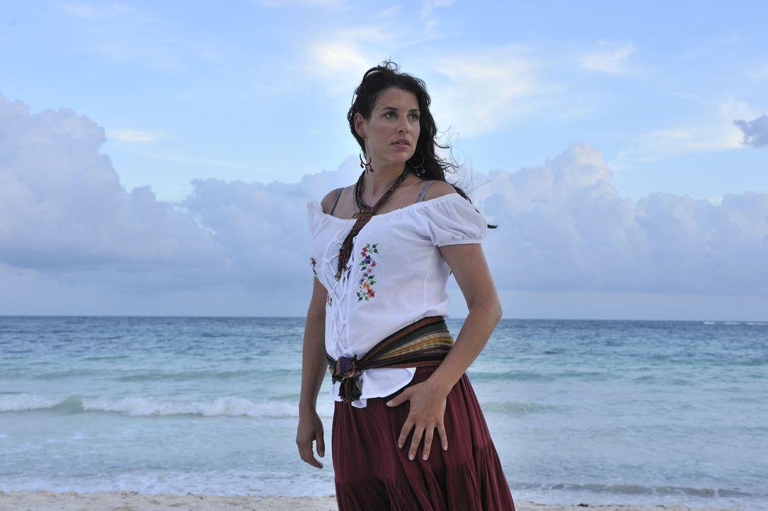 Consuela (Elena Uhlig) ist seit vielen Jahren mit Pepe verheiratet und viel Kummer gewöhnt. Die Masche von ihm, sie sei seine Schwester, ist ihr be... - Bildquelle: Hardy Brackmann SAT.1
