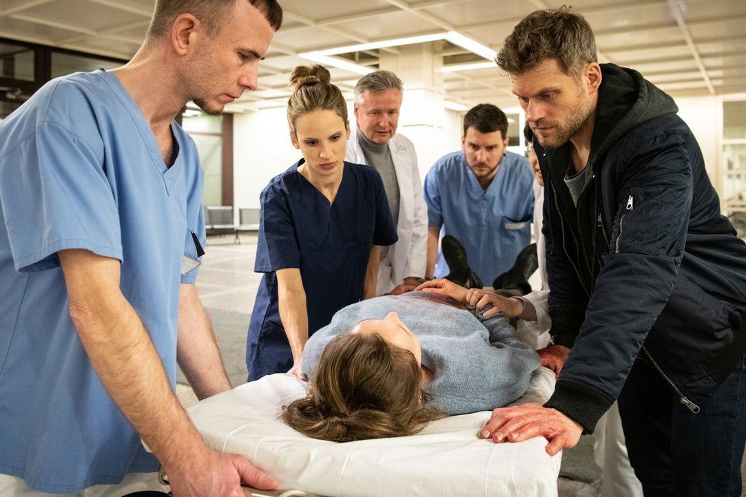 Dr. Sarah Werneburg (Nora Huetz, 2.v.l.); Caro Belzig (Franziska Wulf, M.); Elias Decker (Jens Atzorn, r.) - Bildquelle: Christoph Assmann SAT.1/Christoph Assmann