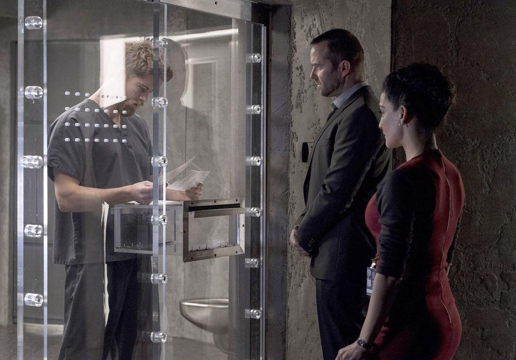 Als Jane und ihr neuer Freund entführt werden, benötigen Weller (Sullivan Stapleton, M.) und Nas (Archie Panjabi, r.) die Hilfe von Roman (Luke Mitc... - Bildquelle: Warner Brothers