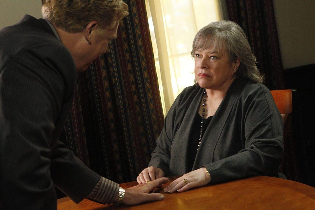 Im Fall des chinesischen Waschsalonbesitzers Fung lässt sich Harriet (Kathy Bates, r.) nicht von Gegenanwalt Tommy Jefferson (Christopher McDonald,... - Bildquelle: Warner Bros. Television