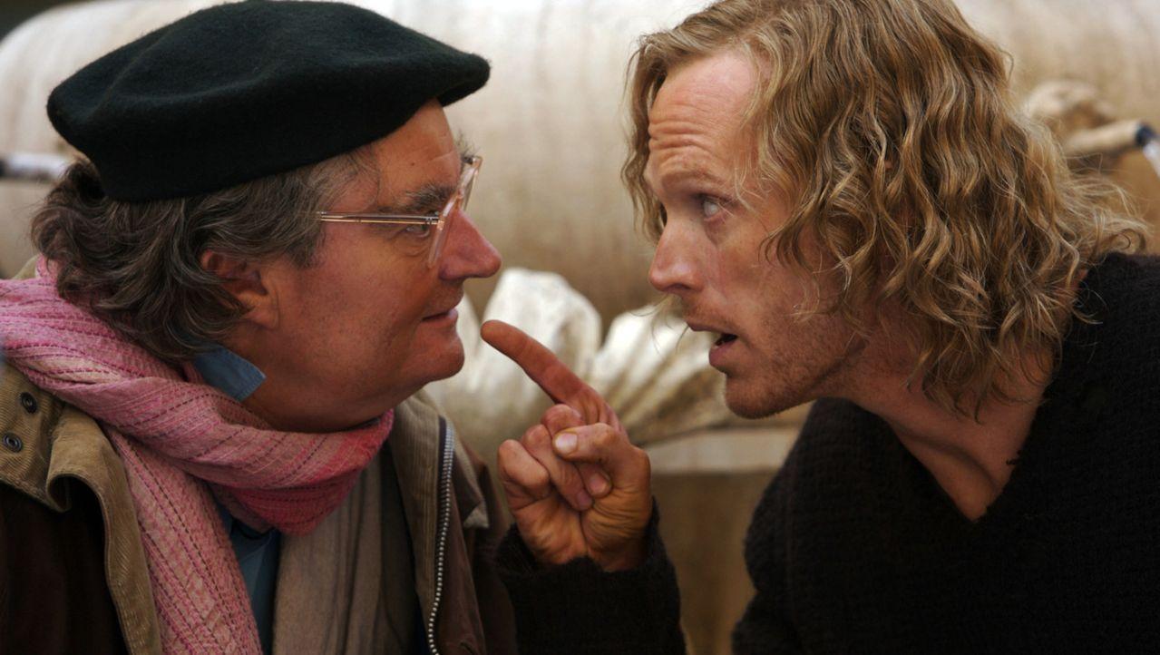"""Staubfinger (Paul Bettany, r.) ist fest davon überzeugt, dass Fenoglio (Jim Broadbent, l.) weiß, wie er in die Welt von """"Tintenherz"""" zurückkommen... - Bildquelle: Warner Brothers"""
