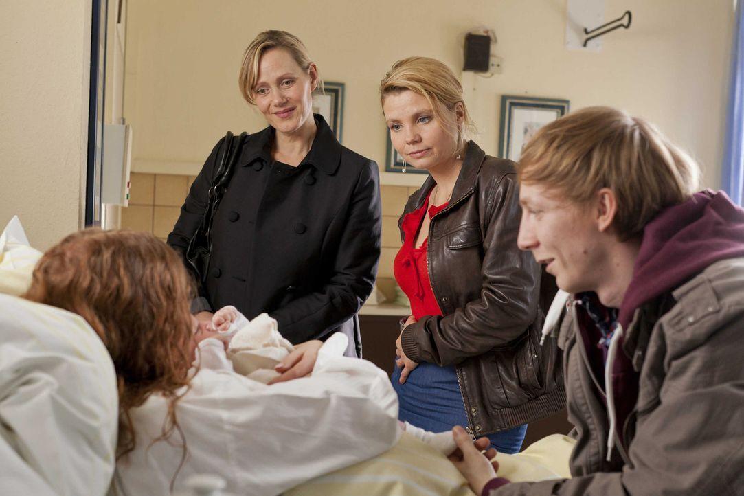 Die 19-jährige Larissa (Isolda Dychauk, l.) hat als Leihmutter das Kind von Familie Zöllner ausgetragen, doch die wollen das Baby plötzlich nicht... - Bildquelle: Frank Dicks SAT.1