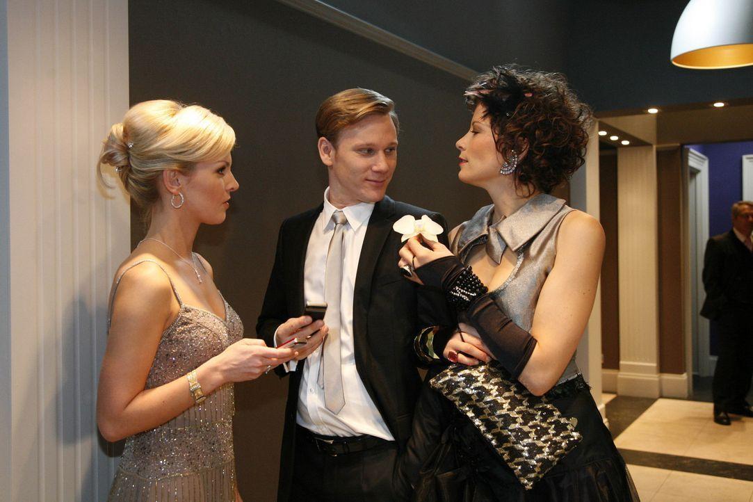 Emily (Anna Schäfer, r.) überrascht Alexandra (Ivonne Schönherr, l.) und Philip (Philipp Romann, M.) durch ihren Auftritt ... - Bildquelle: SAT.1