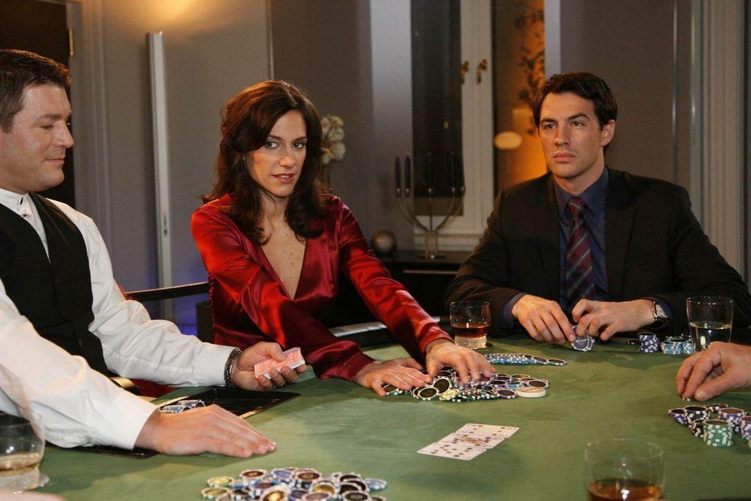 Mark (Arne Stephan, r.) ist sich sicher, dass er Philip beim Pokern schlagen kann ... - Bildquelle: SAT.1