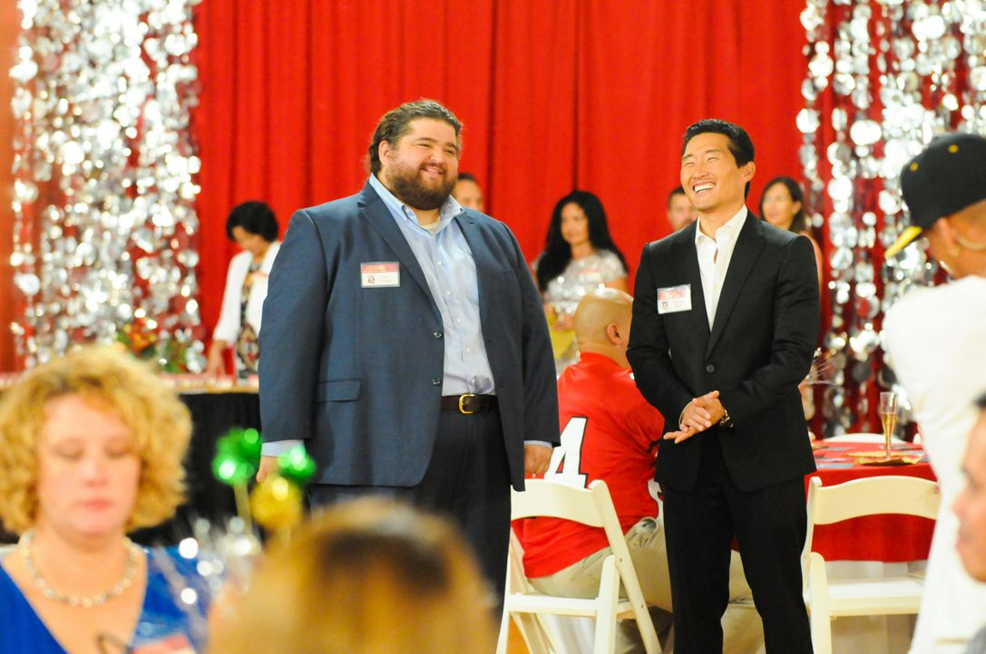 Bei ihrem Klassentreffen müssen Chin (Daniel Dae Kim, r.) und Jerry (Jorge Garcia, l.) ermitteln, als Laura, eine ehemalige Mitschülerin, ums Leben... - Bildquelle: 2013 CBS Broadcasting Inc. All Rights Reserved