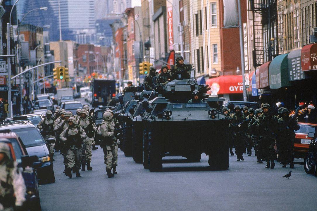 Mit riesigen Geschützen sorgt das Militär in New York für die Durchsetzung des Kriegsrechts und damit für die angebliche Sicherheit amerikanisch... - Bildquelle: 20th Century Fox International Television