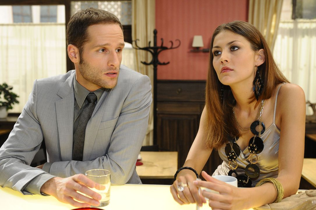 David (Lee Rychter, l.) bringt Jessica gegen Annett (Fiona Erdmann, r.) auf. - Bildquelle: SAT.1