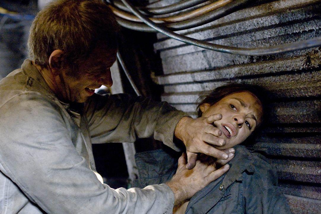 Erst spät erkennt Nina (Liane Forestieri, r.), dass Dieter (Michael Lott, r.) nicht der ist, der er zu sein scheint ... - Bildquelle: ProSieben