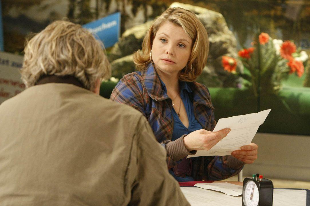 Wegen regelmäßigen Schwarzfahrens wurde Kurt (Axel Siefer, l.) vor Gericht zitiert, jetzt sucht er Hilfe bei seiner Tochter Danni (Annette Frier,... - Bildquelle: SAT.1