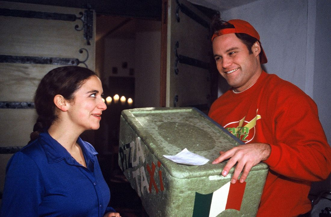 Was auf den ersten Blick wie ein einfacher Pizzabote aussieht, entpuppt sich als Retter in der Not - so scheint es... (Shirin Soraya, l. und Mirco R... - Bildquelle: Sat.1