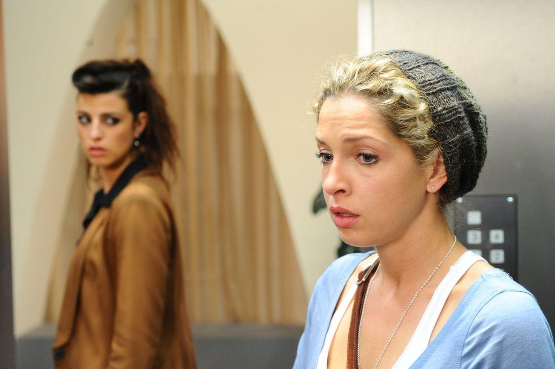 Das unerwartete Wiedersehen zwischen Carla (Sarah Mühlhause, l.) und Nina (Maria Wedig, r.) reißt bei beiden Wunden der Vergangenheit auf ... - Bildquelle: SAT.1