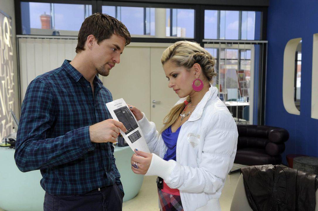 David weiß jetzt, dass sich Lars (Alexander Klaws, l.) in sein Netzwerk eingehackt hat und dass Lars und Mia (Josephine Schmidt, r.) ihn im Verdach... - Bildquelle: SAT.1