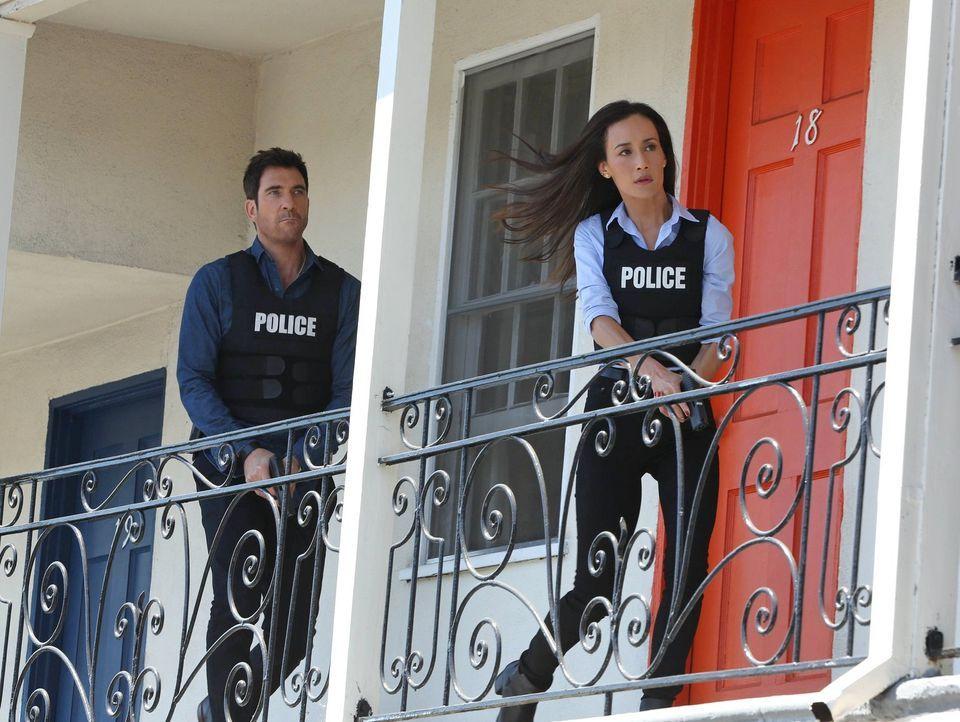 Müssen einen neuen Fall lösen: Lieutenant Beth Davis (Maggie Q, r.) und Detective Jack Larsen (Dylan McDermott, l.) ... - Bildquelle: Warner Bros. Entertainment, Inc.