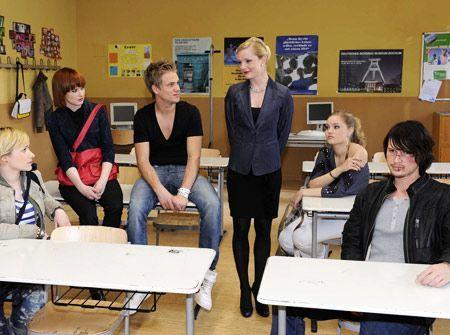 Helena weißt die Erziehungscamp-Schüler in das bevorstehende Abenteuer ein. - Bildquelle: Christoph Assmann - Sat1