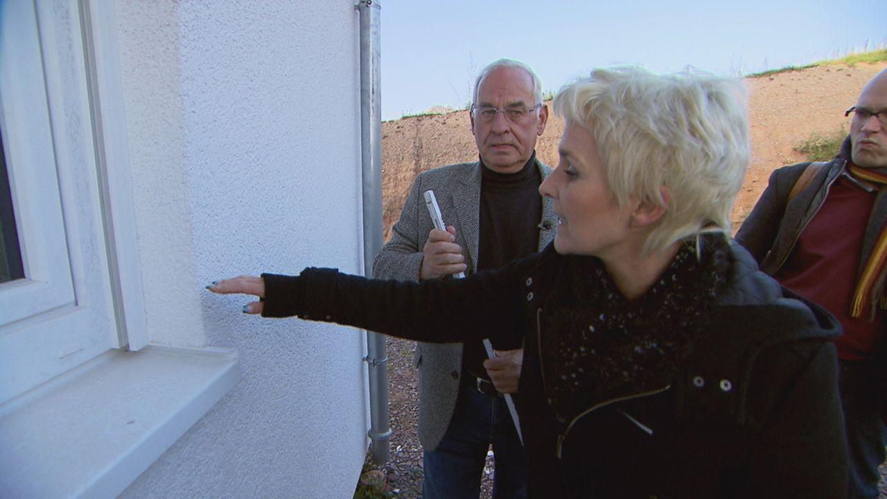 Zimmer ohne Aussicht - Häuslebauer in Not: Bauherrin Antonia Heinen (M.) aus der Nähe von Trier - auf der Baustelle ihres Eigenheims herrscht Baus... - Bildquelle: SAT.1