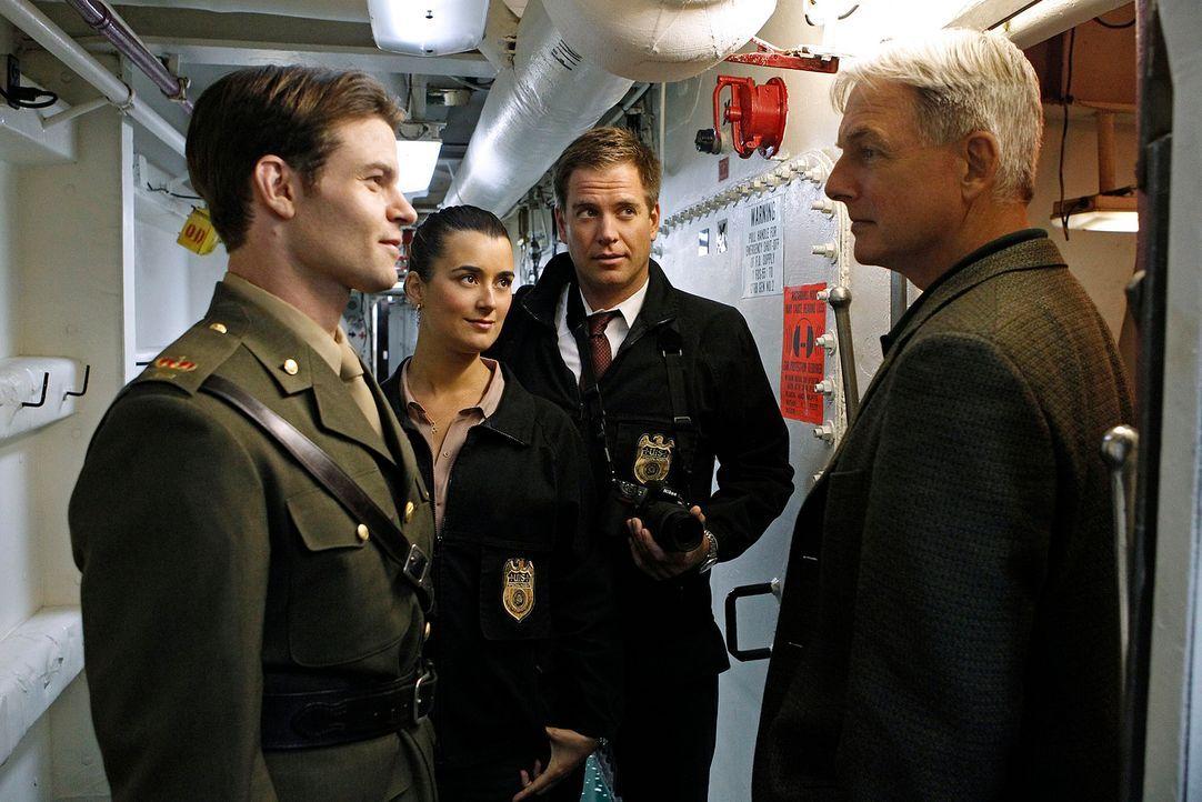 Gibbs (Mark Harmon, r.), DiNozzo (Michael Weatherly, 2.v.r.) und Ziva (Cote de Pablo, 2.v.l.) ermitteln in einem neuen Fall. Doch wird Royal Marine... - Bildquelle: CBS Television