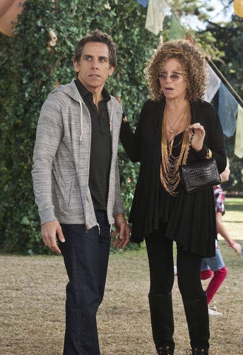 Auf seine Mutter Roz (Barbra Streisand, r.) kann sich Greg (Ben Stiller, l.) immer verlassen, irgendeine verrückte Idee hat sie immer ... - Bildquelle: Glen Wilson 2010 Universal Studios & DW Studios LLC