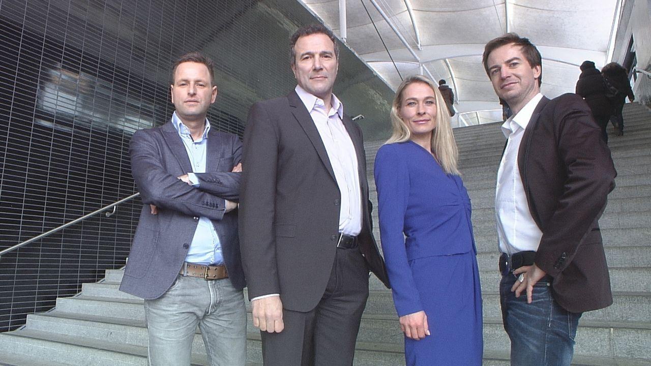 Jenseits der sachlich-nüchternen Juristerei setzen sich Alexander Hold (2.v.l.), Stephan Lucas (l.), Alexander Stephens (r.) und Isabella Schulien (... - Bildquelle: SAT.1