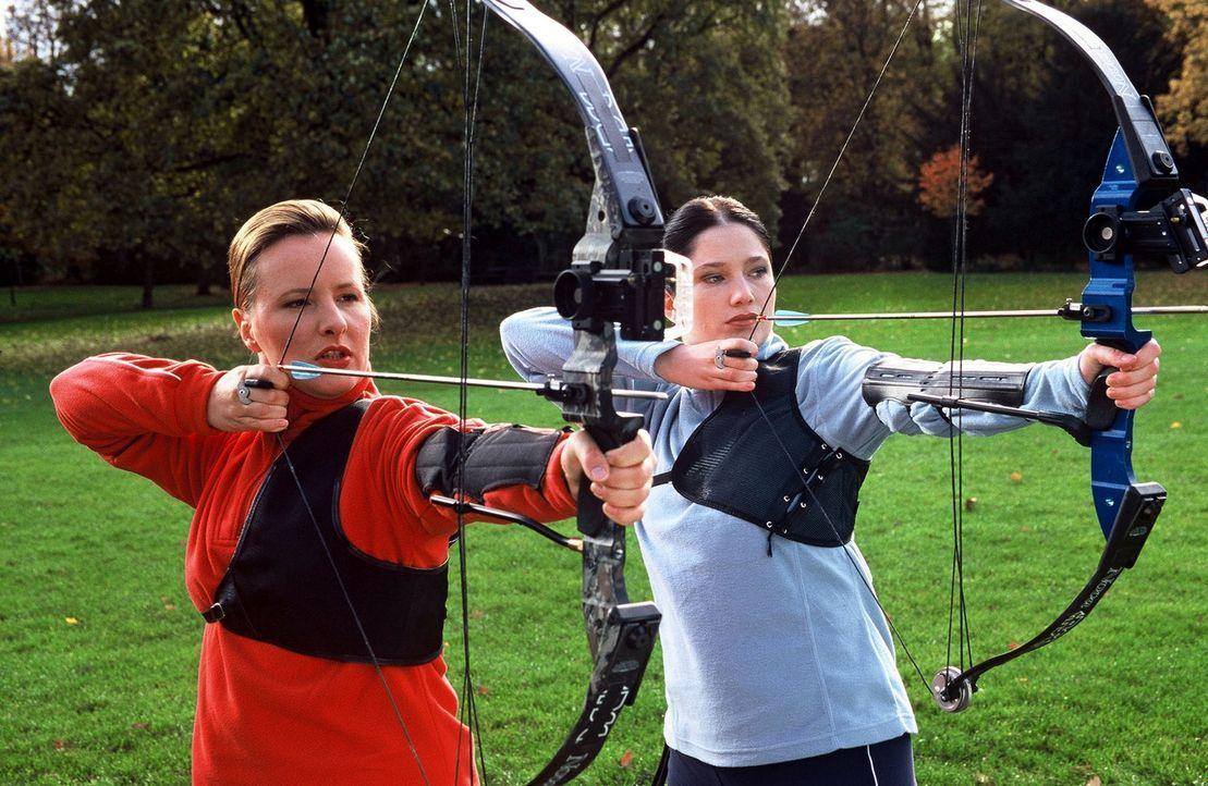 Beim Bogenschießen kann Frau herrlich entspannen! Aber: Rette sich, wer kann!!! (Nina Vorbrodt, l. und Emily Wood, r.) - Bildquelle: Sat.1