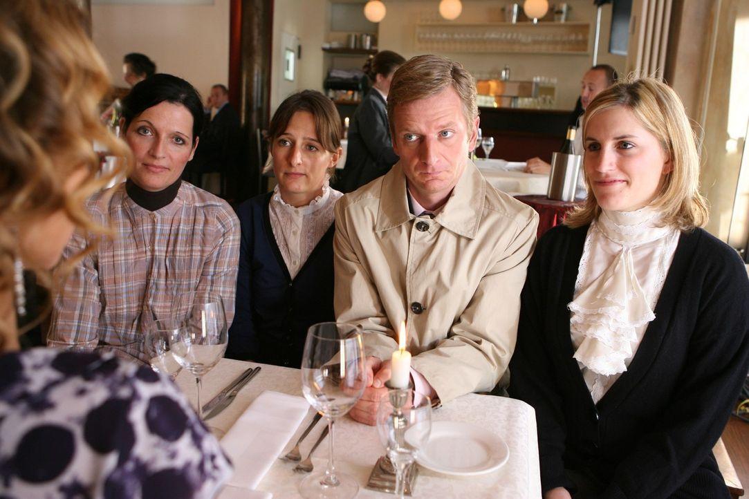 Beim ersten Date gilt: Nicht gleich die ganze Familie mitbringen ... Michael Kessler (2.v.r.) - Bildquelle: Ralf Jürgens Sat.1