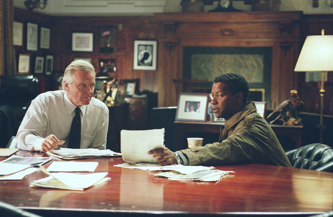 Kann Marco (Denzel Washington, r.) Senator Thomas Jordan (Jon Voight, l.) von seiner Theorie überzeugen? - Bildquelle: Paramount Pictures