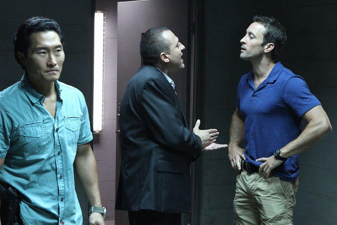 Steve (Alex O'Loughlin, r.) und Chin (Daniel Dae Kim, l.) sind außer sich vor Wut, dass Fryer (Tom Sizemore, M.) Kono zu einem Undercover-Einsatz  - Bildquelle: TM &   CBS Studios Inc. All Rights Reserved.