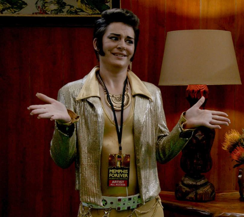 Das Team muss ermitteln, als auf einem Elvis-Contest der Favorit plötzlich zusammenbricht und stirbt. Doch kann Trans Elvis (Amanda Stone) bei den E... - Bildquelle: 2015 CBS Broadcasting Inc. All Rights Reserved.