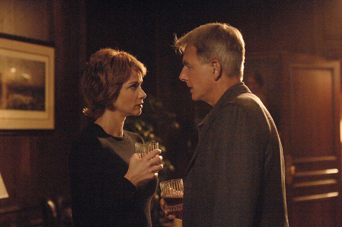 Gibbs (Mark Harmon, r.) will von Jenny (Lauren Holly, l.) erfahren, was passiert ist. Doch diese will nichts darüber erzählen ... - Bildquelle: CBS Television