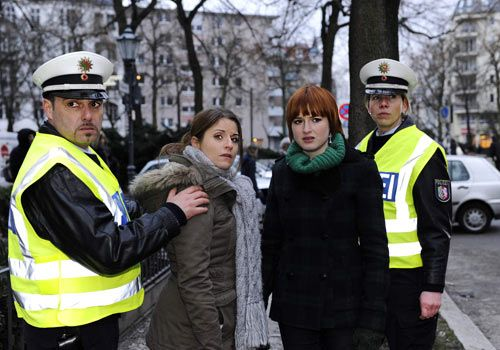 Sophie ruft die Polizei und schlägt damit Jens in die Flucht, bevor Bea die Wahrheit von ihm erfährt ... - Bildquelle: Christoph Assmann - Sat1