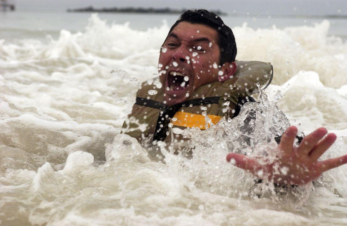 Während seine alle Kollegen in der tobenden Sargasso See ertrinken, gelingt es Meeno (Lou Diamond Phillips), sich zu retten. Doch er kann und will d... - Bildquelle: The Sci-Fi Channel
