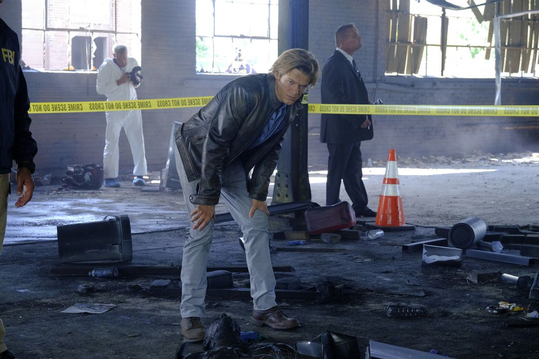 """Die Jagd nach einem Geist: MacGyver (Lucas Till) muss eine Bombe entschärfen, die von seinem alten Gegenspieler  """"The Ghost"""" vor dem UN-Gebäude plat... - Bildquelle: 2016 CBS Broadcasting, Inc. All Rights Reserved"""