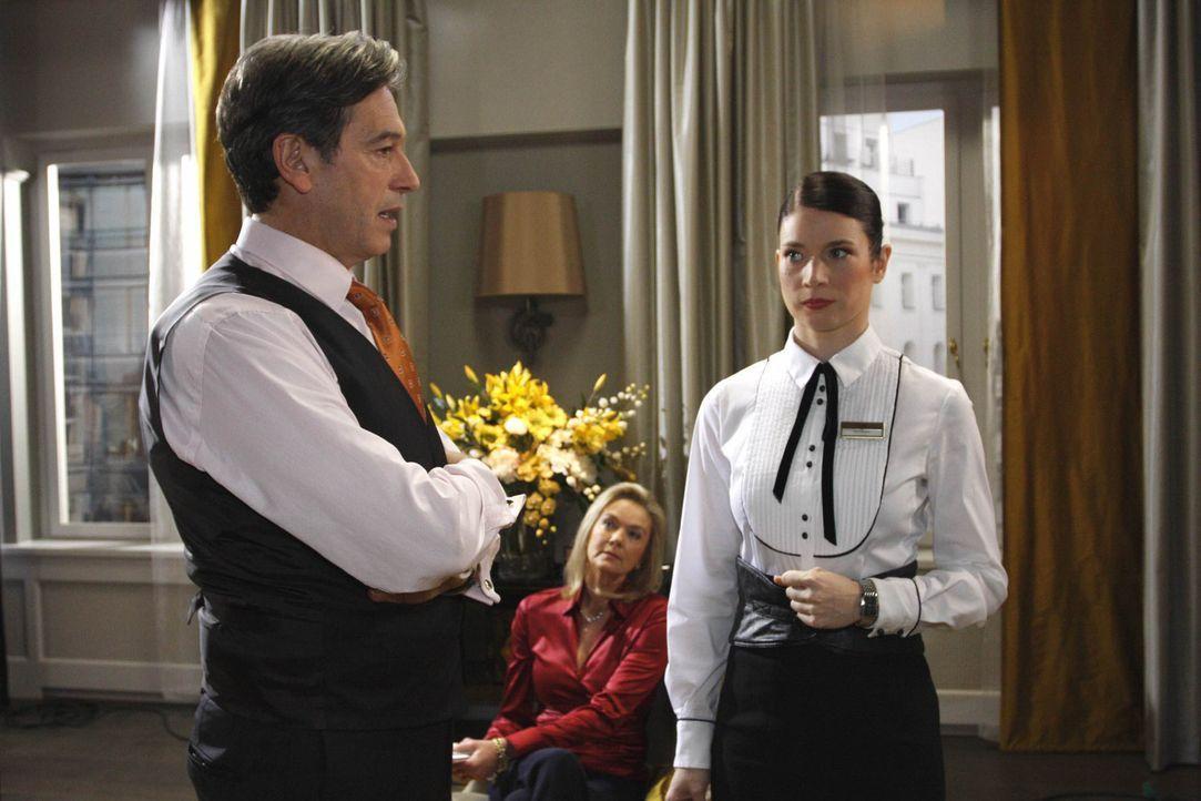 Gina (Elisabeth Sutterlüty, r.) bekommt Ärger mit Julius Aden (Günter Barton, l.), weil sie in seinen Augen Schuld am missglückten Feuerwerk ist... - Bildquelle: SAT.1