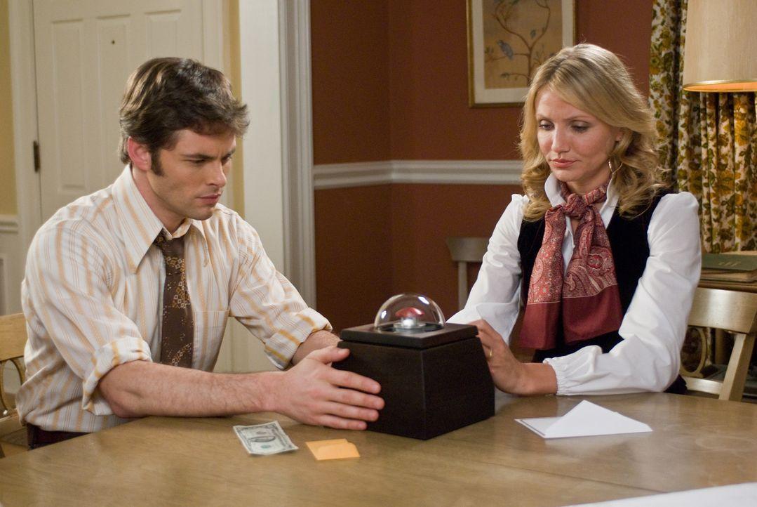 Wenn Arthur (James Marsden, l.) und Norma (Cameron Diaz, r.) den roten Knopf der Box drücken, dann sind sie um eine Millionen reicher. Aber für dies... - Bildquelle: Constantin Film Verleih GmbH