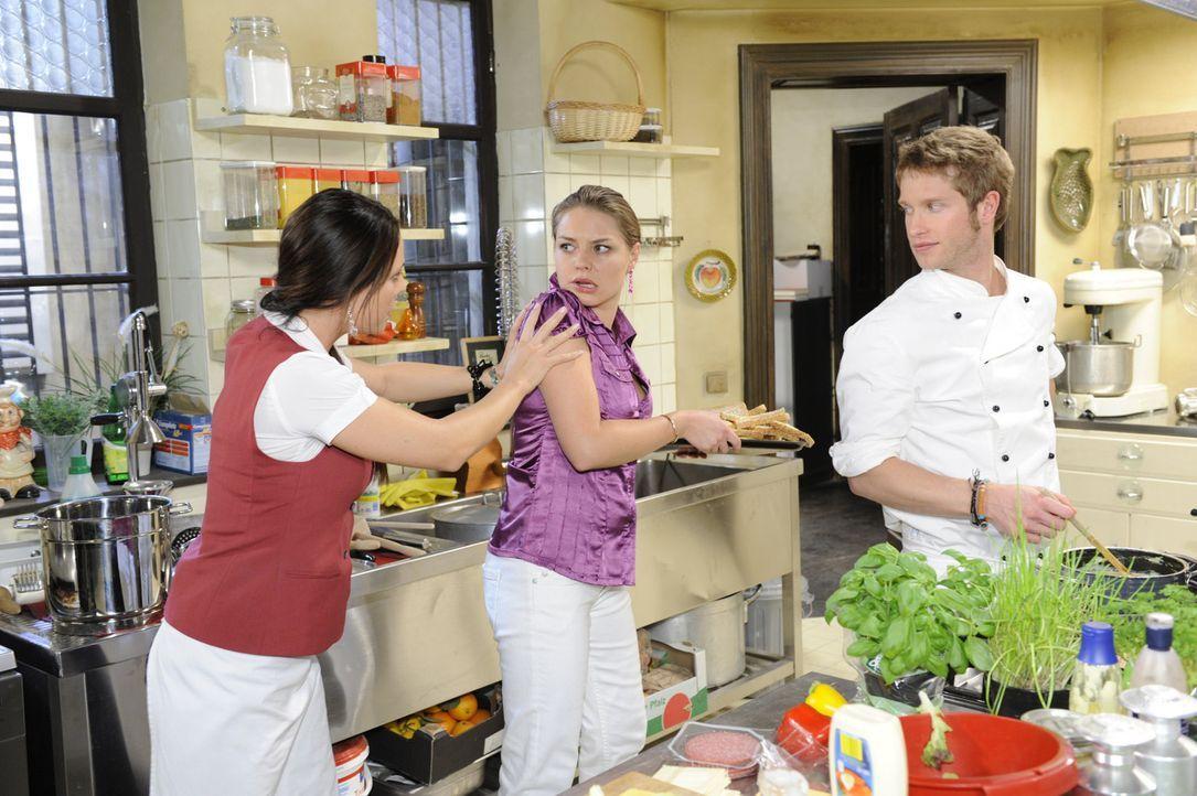 Schlechte Stimmung in der Küche: Paloma (Maja Maneiro, l.), Katja (Karolina Lodyga, M.) und Jojo (Bernhard Bozian, r.) ... - Bildquelle: SAT.1