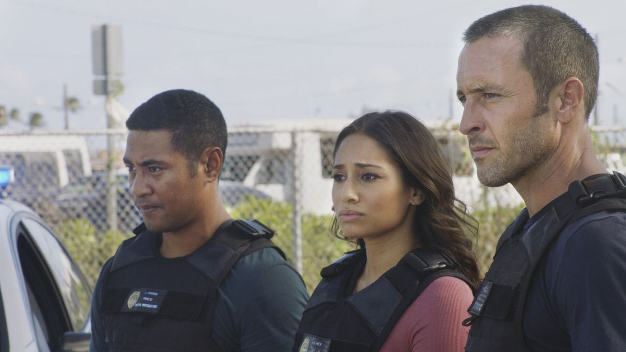 Als ein des Mordes Bezichtigter mit Selbstmord droht, geraten Junior Reigns (Beulah Koale, l.), Tani Rey (Meaghan Rath, M.) und Steve McGarrett (Ale... - Bildquelle: 2017 CBS Broadcasting, Inc. All Rights Reserved