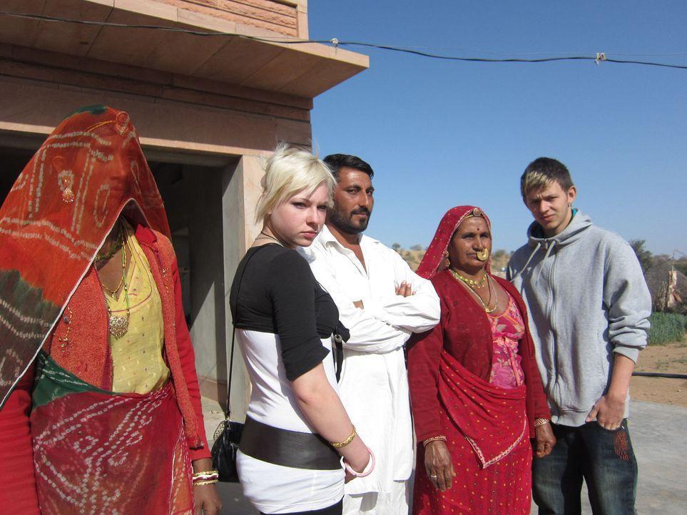 In Indien müssen Laura (2.v.l.) und Marlon (r.) für ihr tägliches Brot arbeiten, sonst gehen sie mit einem leeren Magen ins Bett. Widerspruch ist... - Bildquelle: kabel eins