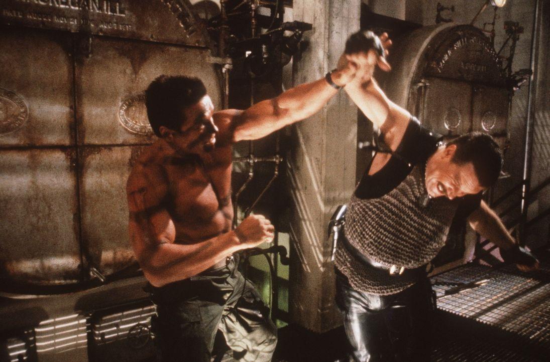 John Matrix (Arnold Schwarzenegger, l.) und Bennet (Vernon G. Wells, r.) sind schon seit langer Zeit Todfeinde. Als seine Tochter entführt wird, zi... - Bildquelle: 20th Century Fox Film Corporation