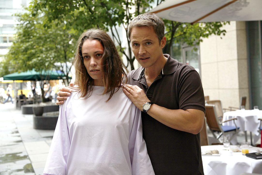 Stephan (Andreas Brucker, r.) findet die verwirrte Anna (Nadine Brandt, l.) vor der Klinik. - Bildquelle: Mosch Sat.1