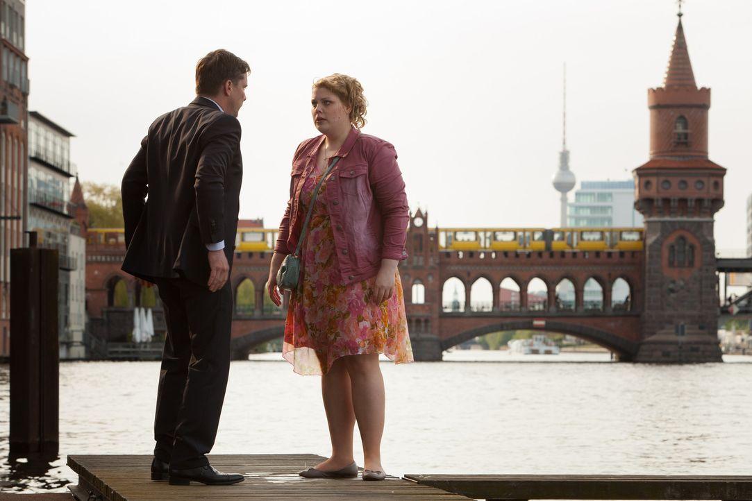 Als Mandy (Christina Petersen, r.) erkennt, dass ihr Chat-Flirt (Florian Panzner, l.) nicht nur ihr neuer Chef, sondern auch bereits eine Ahnung dav... - Bildquelle: Conny Klein SAT.1