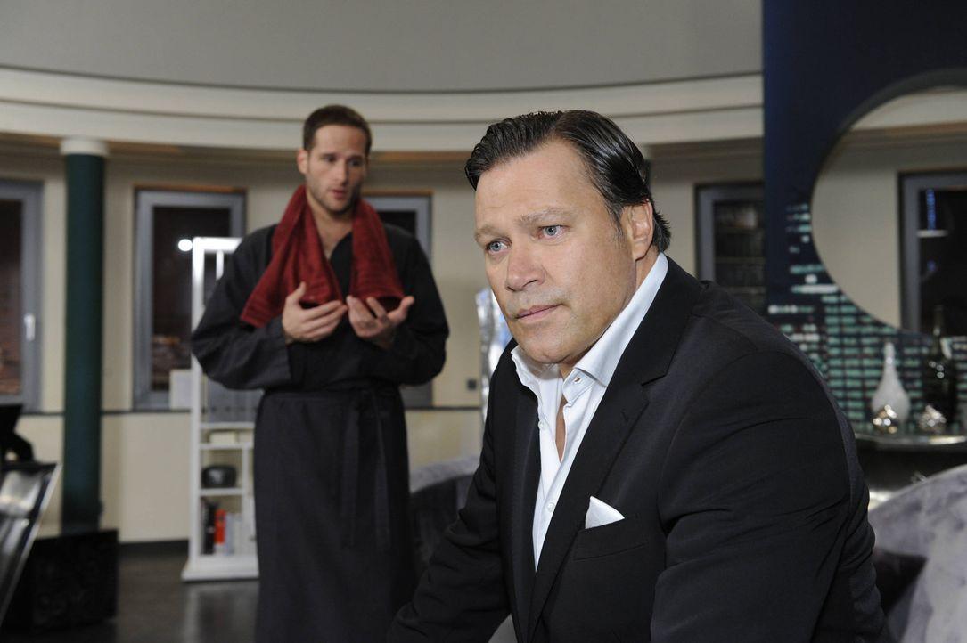Richard (Robert Jarczyk, r.) will von David (Lee Rychter l.)  die Wahrheit hören ... - Bildquelle: SAT.1