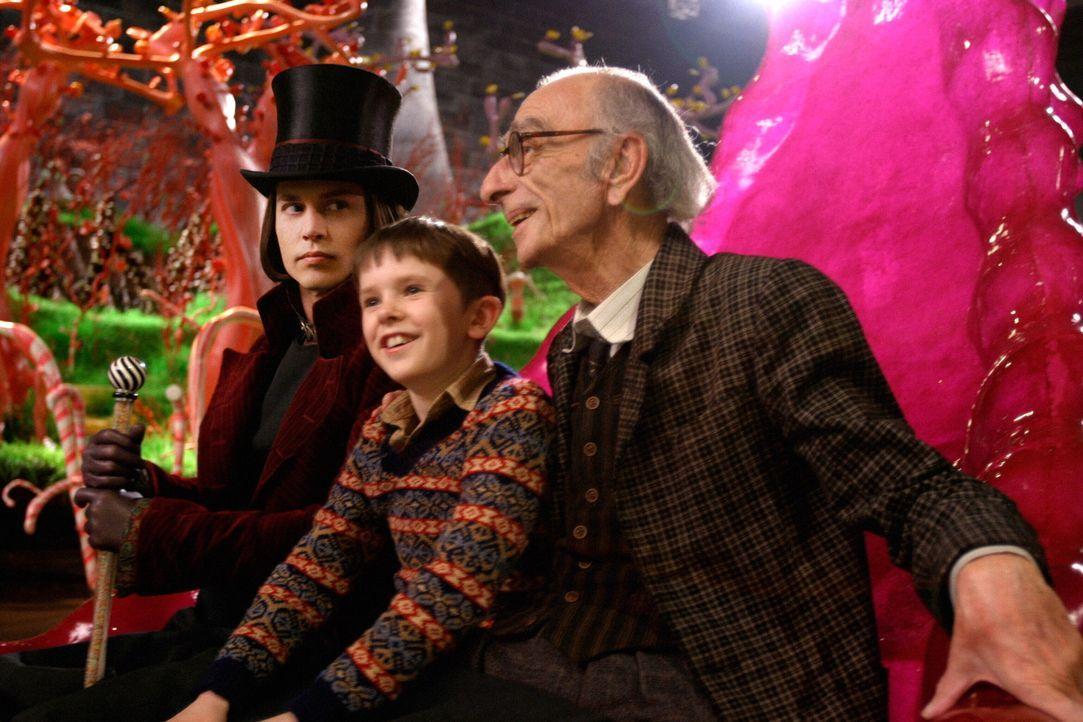 Auf der Tour durch die Schokoladenfabrik von Wonka (Johnny Depp, l.) verschwinden die anderen Kinder nach und nach, bis nur noch Charlie (Freddie Hi... - Bildquelle: Warner Bros. Pictures