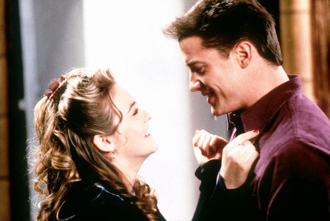 Bald trifft Adam (Brendan Fraser, r.) die verführerische Eve (Alicia Silverstone, l.), die er engagiert, um ihm durch die neue Welt zu helfen. Zu a... - Bildquelle: New Line Cinema