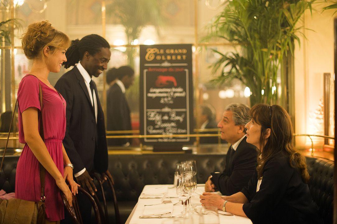 Das konservative Ehepaar Claude (Christian Clavier, 2.v.r.) und Marie Verneuil (Chantal Lauby, r.) sind nicht wirklich über Charles (Noom Diawara, 2... - Bildquelle: 2014 - Neue Visionen Filmverleih GmbH