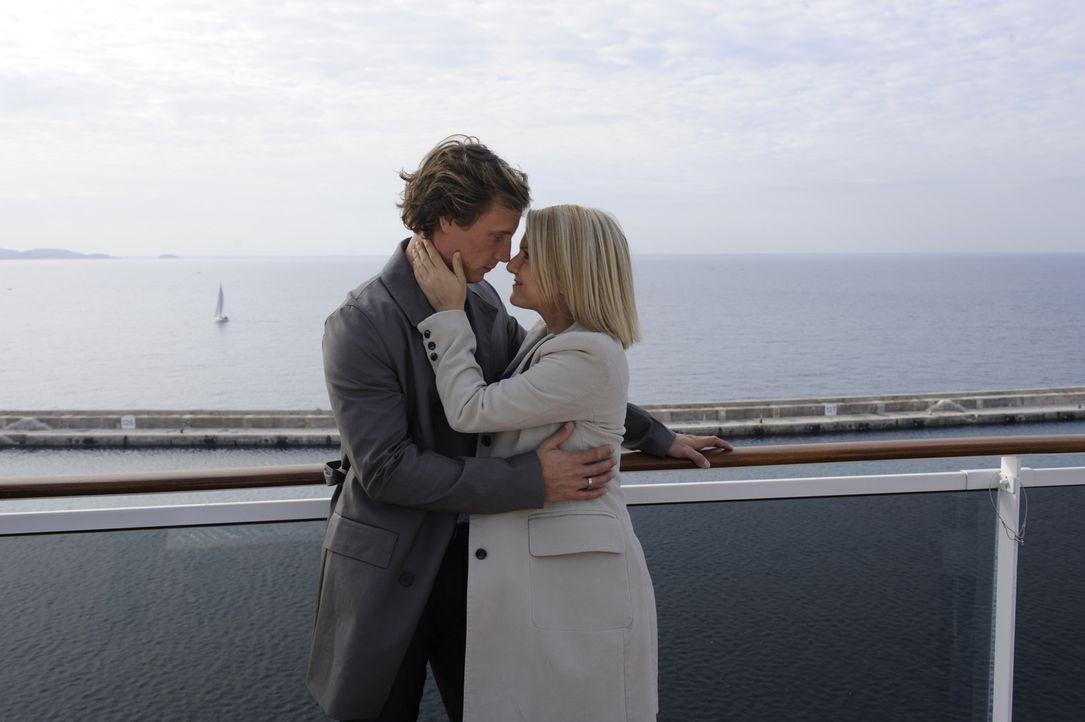 Freuen sich auf ihre Reise: Tom (Patrick Kalupa, l.) und Anna (Jeanette Biedermann, r.) ... - Bildquelle: SAT.1