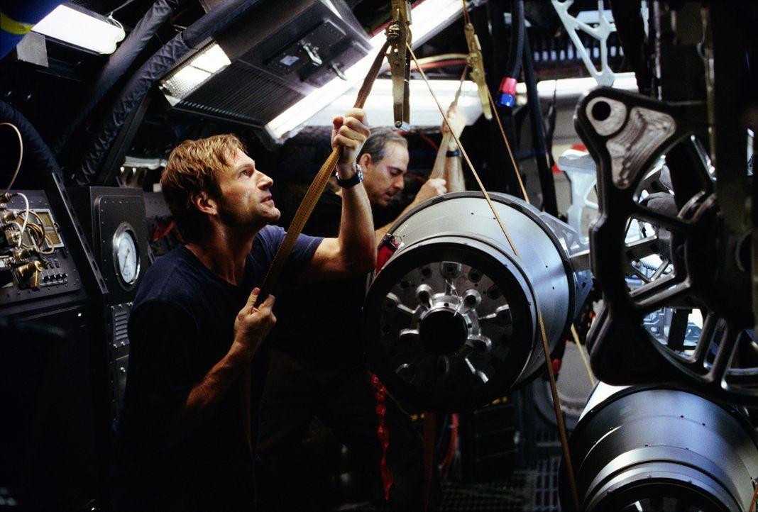 """Professor Keyes (Aaron Eckhart, l.) erhält die Aufgabe, ein Team von """"Terranauten"""" auszubilden, das dem unheilvollen Stillstand des Magmas im Erdin... - Bildquelle: TM & Copyright   2003 by Paramount Pictures. All Rights Reserved."""