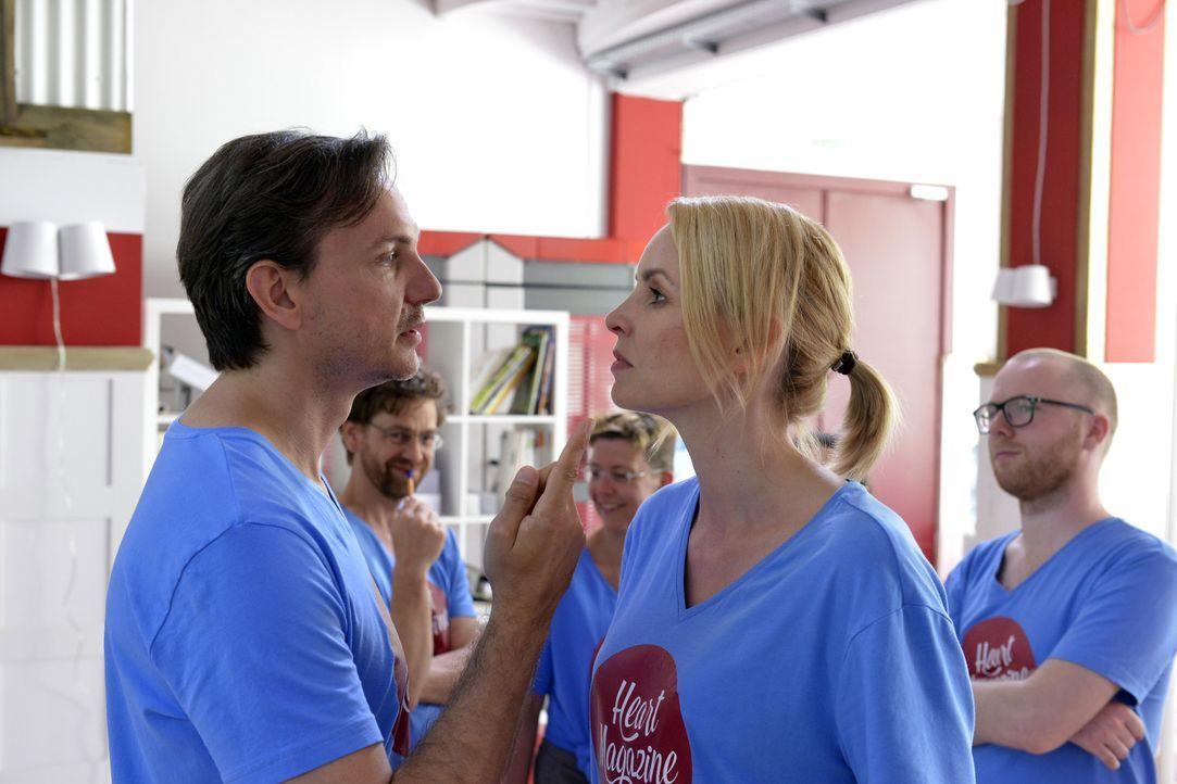 Sind sich mal wieder spinnefeind: Uwe (Tino Lindenberg, l.) und Theresa (Simone Hanselmann, r.) ... - Bildquelle: Oliver Ziebe SAT.1