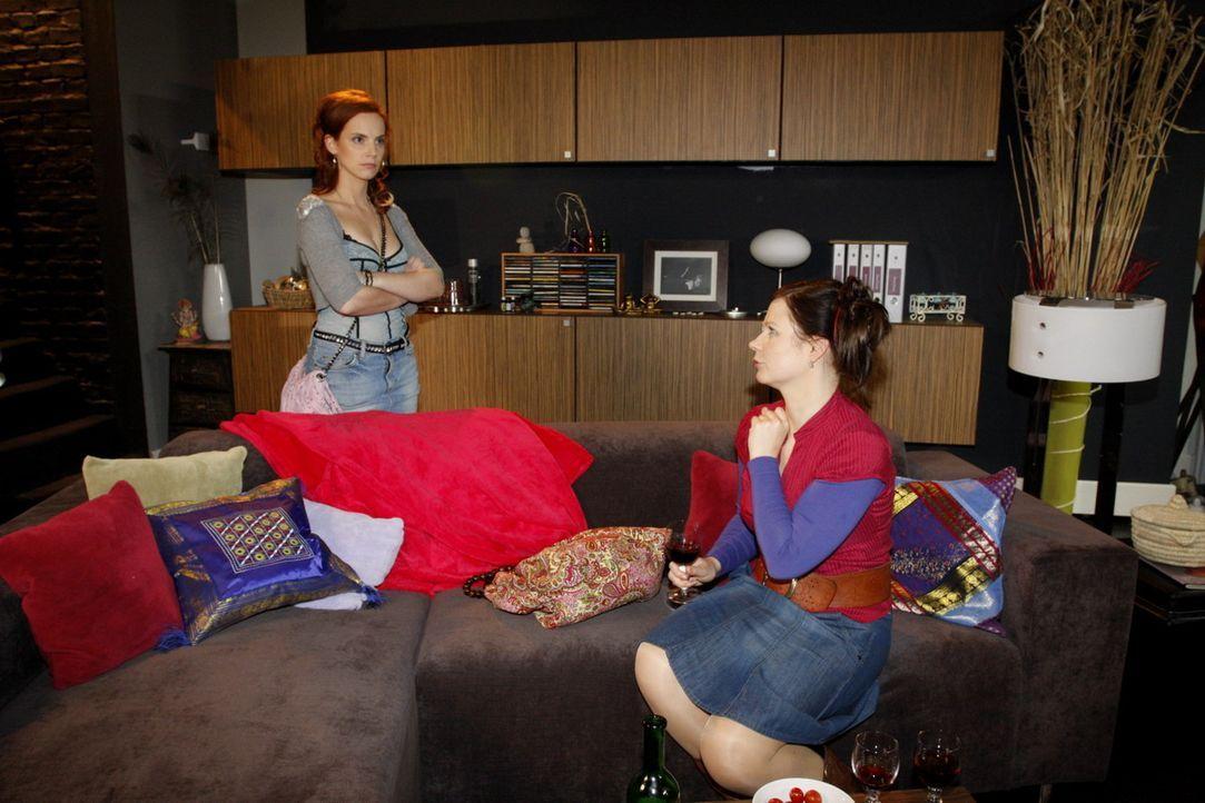 Manu (Marie Zielcke, l.) kommt aus ihrem Urlaub zurück und findet Mark in ihrer Wohnung vor - gemeinsam mit Alexandra! Bevor Mark alles erklären k... - Bildquelle: SAT.1