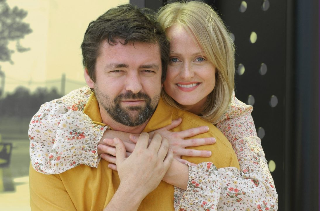 Sophie (Karine Vanasse, r.) und John (Angus MacFayden,l.) führen eine äußerst ungewöhnliche Beziehung. Jeder der Beiden betrachtet argwöhnisch die B... - Bildquelle: 2006 RHI Entertainment Distribution, LLC