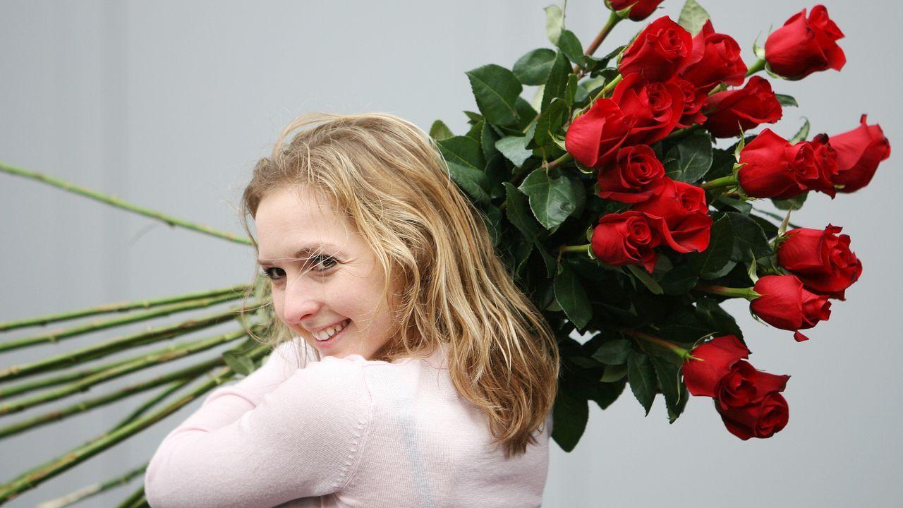 valentinstag-geschenkidee-rosen-frau-08-01-23-dpa - Bildquelle: dpa