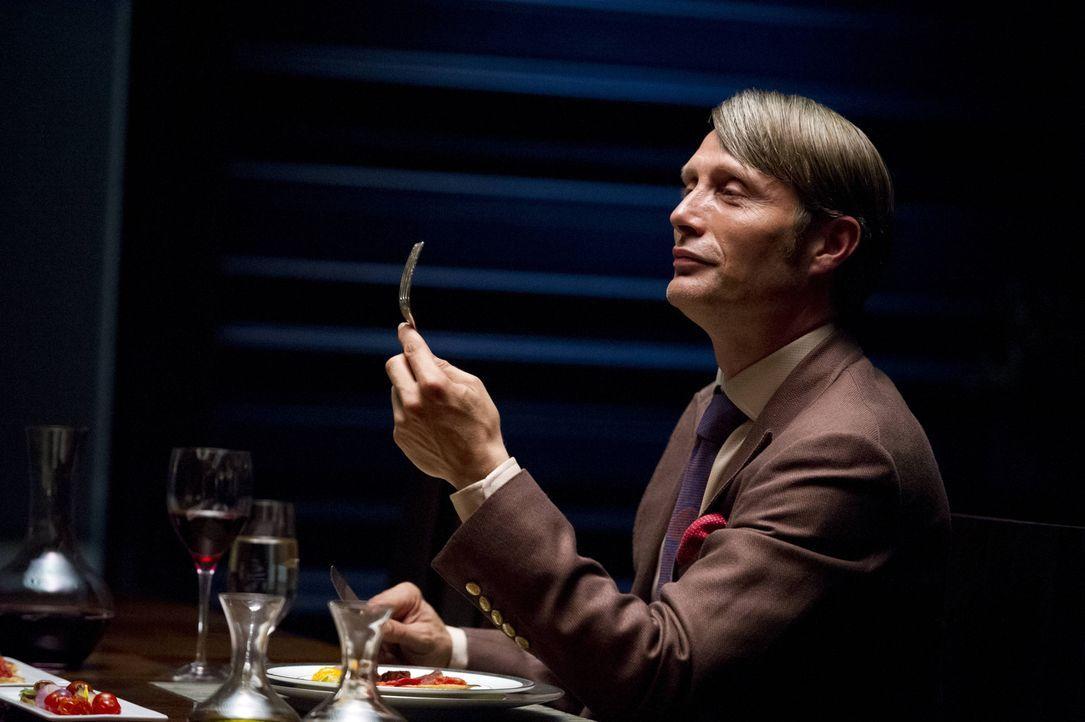 Der renommierte Psychiater Dr. Hannibal Lecter (Mads Mikkelsen) hat eine Schwäche für zartes Fleisch. Ganz besonders wenn es nicht tierischer Herk... - Bildquelle: 2012 NBC Universal Media, LLC